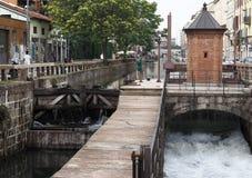 MILÁN, ITALIA, el 28 de mayo de 2018: Cascada en Naviglio Pavese en Milán, invenciones históricas de Leonardo Da Vinci Fotografía de archivo