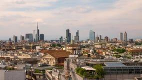 Milán, Italia: Horizonte del distrito financiero en el timelapse de la puesta del sol almacen de metraje de vídeo