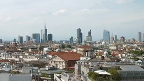 Mil?n, Italia: Horizonte del distrito financiero en la puesta del sol almacen de video