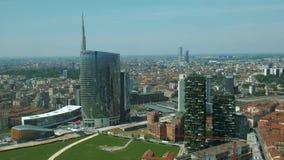 Milán, Italia - mayo de 2016: Torre de Unicredit y rascacielos vertical del bosque almacen de metraje de vídeo