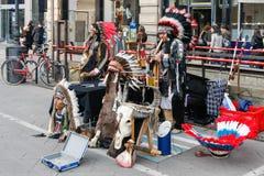 MILÁN, LOMBARDY/ITALY - 23 DE FEBRERO: Buskers vestidos como América fotografía de archivo libre de regalías
