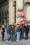 MILÁN, LOMBARDY/ITALY - 23 DE FEBRERO: Calle muy transitada en Milán en el FE Fotos de archivo