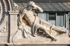 MILÁN, LOMBARDY/ITALY - 23 DE FEBRERO: Estatua de un hombre en una estructura imagen de archivo