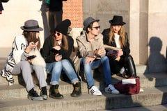 Milán, Milano, mujeres forma el invierno 2015 2016 del otoño de la semana Fotos de archivo