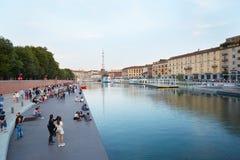Milán nuevo Darsena, muelle reconstruido con la gente en verano Fotografía de archivo