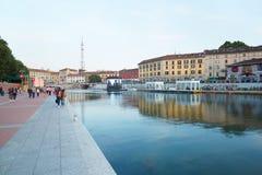 Milán nuevo Darsena, muelles reconstruidos con la gente Imagenes de archivo