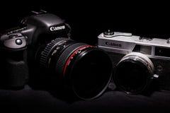 Milán, octubre de 2015 Cuerpos Canon 7D de Canon con 24-105 EF L f/4 cámara vieja del vintage de 0 y de Canonet QL19 Imagen de archivo