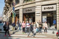 Milán: Ventana de la tienda Womo, Italia de la moda Imágenes de archivo libres de regalías