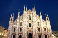 Milán y westfacade de la catedral en la noche Imagen de archivo libre de regalías