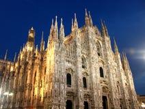 Milán y westfacade de la catedral en la noche Foto de archivo libre de regalías