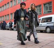 MILÃO - 25 DE FEVEREIRO DE 2018: Duas mulheres elegantes que andam na rua antes do desfile de moda de ARMANI Imagem de Stock Royalty Free