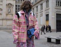 MILÃO - 25 DE FEVEREIRO DE 2018: Forme o CANDELA PELIZZA do blogger que levanta para fotógrafo no quadrado do SAN FEDELE antes do Fotos de Stock Royalty Free