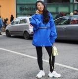 MILÃO - 25 DE FEVEREIRO DE 2018: Mulher elegante que levanta para fotógrafo na rua antes do desfile de moda de ARMANI, durante Mi Fotografia de Stock Royalty Free