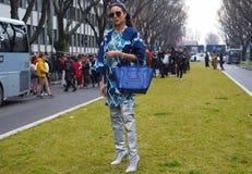 MILÃO - 25 DE FEVEREIRO DE 2018: Mulher elegante que levanta para fotógrafo na rua antes do desfile de moda de ARMANI, durante Mi Imagem de Stock Royalty Free
