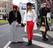 MILÃO - 25 DE FEVEREIRO DE 2018: Mulheres elegantes que levantam na rua antes do desfile de moda de CIVIDI, durante Milan Fashi fotografia de stock royalty free