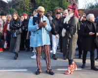 MILÃO - 14 DE JANEIRO: Acople o levantamento na rua após o desfile de moda DSQUARED2, durante Milan Fashion Week Imagens de Stock