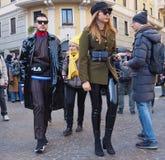 MILÃO - 14 DE JANEIRO: Acople o passeio na rua antes do desfile de moda de DAKS, durante Milan Fashion Week Man Imagem de Stock Royalty Free