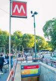 MILÃO - 25 DE SETEMBRO DE 2015: Sinal do metro fora de uma estação SU Fotografia de Stock