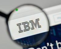 Milão, Itália - 1º de novembro de 2017: Logotipo do IBM no homepag do Web site imagens de stock