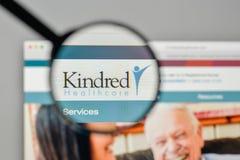 Milão, Itália - 1º de novembro de 2017: Logotipo dos cuidados médicos dos Kindred no Foto de Stock