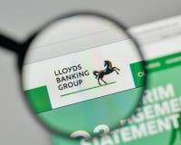 Milão, Itália - 1º de novembro de 2017: Logotipo de Lloyds Banking Group no th imagens de stock royalty free