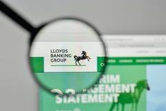 Milão, Itália - 1º de novembro de 2017: Logotipo de Lloyds Banking Group no th fotos de stock