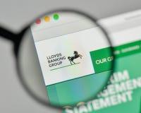 Milão, Itália - 1º de novembro de 2017: Logotipo de Lloyds Banking Group no th imagens de stock