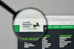 Milão, Itália - 1º de novembro de 2017: Logotipo de Lloyds Banking Group no th foto de stock royalty free