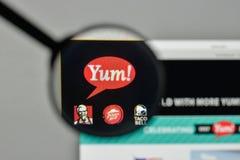 Milão, Itália - 1º de novembro de 2017: Logotipo de Yum Brands no Web site imagens de stock