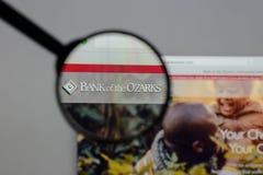Milão, Itália - 10 de agosto de 2017: Banco do logotipo de Ozarks no w fotos de stock royalty free