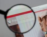 Milão, Itália - 10 de agosto de 2017: Banco do logotipo de Ozarks no w foto de stock