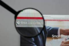 Milão, Itália - 10 de agosto de 2017: Banco do logotipo de Ozarks no w fotografia de stock