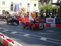 Milão, Itália - 29 de agosto de 2018: Carros históricos na trilha fotografia de stock