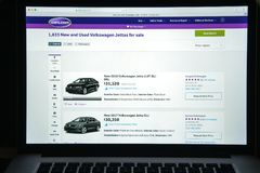 Milão, Itália - 10 de agosto de 2017: Carros homepage do Web site de COM É Imagens de Stock Royalty Free