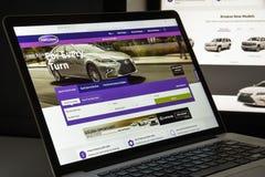 Milão, Itália - 10 de agosto de 2017: Carros homepage do Web site de COM É Imagens de Stock