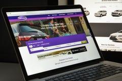 Milão, Itália - 10 de agosto de 2017: Carros homepage do Web site de COM É Fotografia de Stock