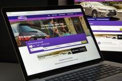 Milão, Itália - 10 de agosto de 2017: Carros homepage do Web site de COM É Fotos de Stock Royalty Free