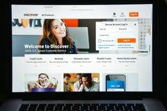 Milão, Itália - 10 de agosto de 2017: Descubra o homepage do Web site do banco Imagens de Stock