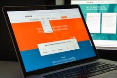 Milão, Itália 10 de agosto de 2017: Descubra o homepage do Web site do banco imagens de stock royalty free
