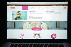 Milão, Itália - 10 de agosto de 2017: dunkindonuts homepage do Web site de COM logotipo dos anéis de espuma do dunkin visível Imagens de Stock