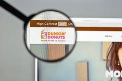 Milão, Itália - 10 de agosto de 2017: dunkindonuts homepage do Web site de COM logotipo dos anéis de espuma do dunkin visível Fotografia de Stock