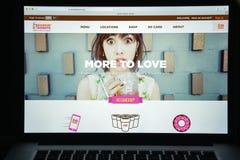 Milão, Itália - 10 de agosto de 2017: dunkindonuts homepage do Web site de COM logotipo dos anéis de espuma do dunkin visível Fotos de Stock Royalty Free