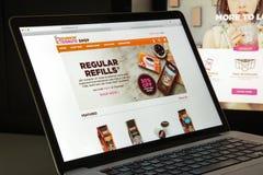 Milão, Itália - 10 de agosto de 2017: dunkindonuts homepage do Web site de COM logotipo dos anéis de espuma do dunkin visível Imagens de Stock Royalty Free