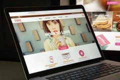 Milão, Itália - 10 de agosto de 2017: dunkindonuts homepage do Web site de COM logotipo dos anéis de espuma do dunkin visível Foto de Stock