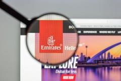 Milão, Itália - 10 de agosto de 2017: Homepag do Web site dos voos dos emirados Imagem de Stock