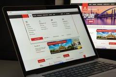 Milão, Itália - 10 de agosto de 2017: Homepag do Web site dos voos dos emirados Imagens de Stock Royalty Free
