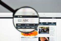 Milão, Itália - 10 de agosto de 2017: Homepage do Web site do ABC Logotipo do ABC visível Imagens de Stock