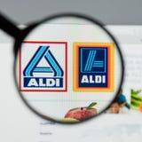 Milão, Itália - 10 de agosto de 2017: Homepage do Web site de ALDI É Foto de Stock