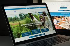 Milão, Itália - 10 de agosto de 2017: Homepage do Web site da alavanca de seleção É Imagens de Stock