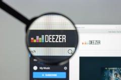 Milão, Itália - 10 de agosto de 2017: Homepage do Web site de Deezer É a Foto de Stock Royalty Free